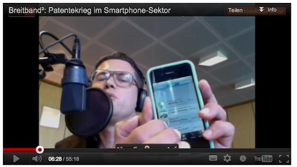 Philip Banse hält iPhone in die Kamera und erklärt Slide-to-Unlock-Patent.